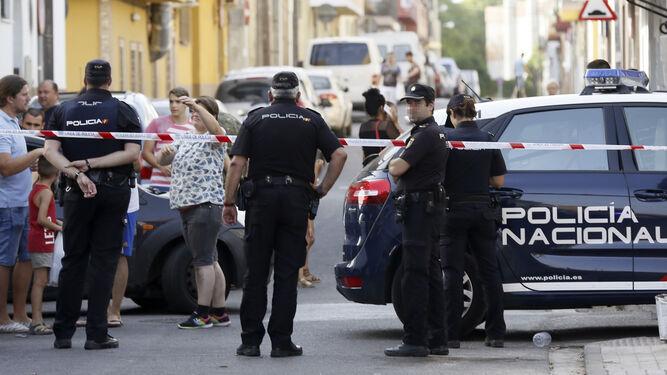 Agentes en la zona donde ha ocurrido la agresión, acordonada.