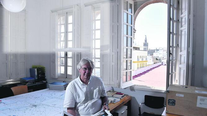 Antonio Barrionuevo, en su estudio, durante un momento de la entrevista.