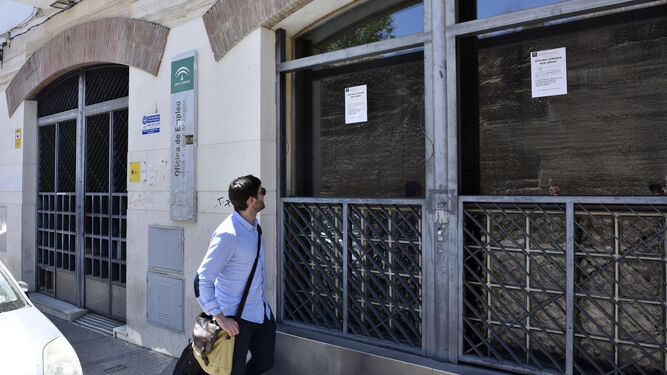 Cierran la oficina de empleo de la macarena por su mal estado for Cartel oficina