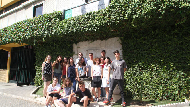 1. Los alumnos del Bécquer junto a su profesor, Manuel Jiménez. 2. Coche de hidrógeno. 3. Árbol solar. 4. Los estudiantes posan con los carteles del proyecto.
