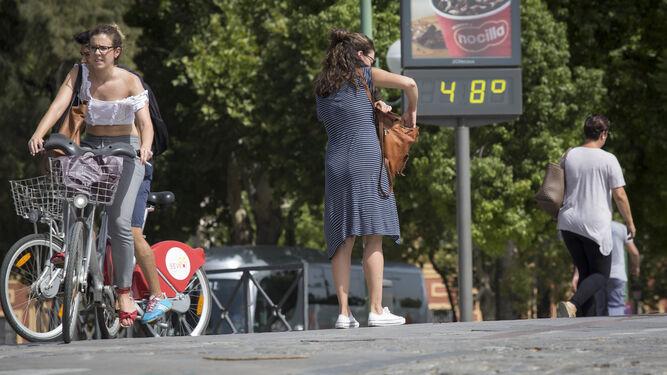 Un termómetro marcando 48 grados.