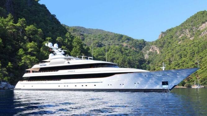 El nuevo yate de Amancio Ortega, el Drizzle, tiene 67 metros de eslora. Arriba, el empresario disfruta en su cubierta.