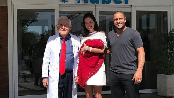El futbolista Roberto Carlos presenta a su novena hija.