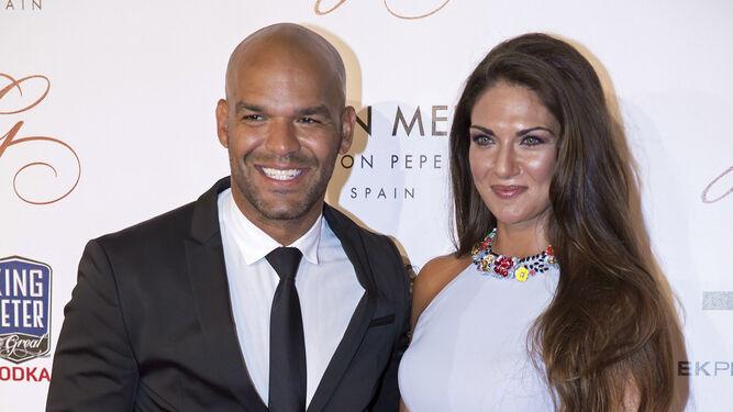 Lorena Bernal, vestida de Rosa Clará, y el actor Amaury Nolasco.
