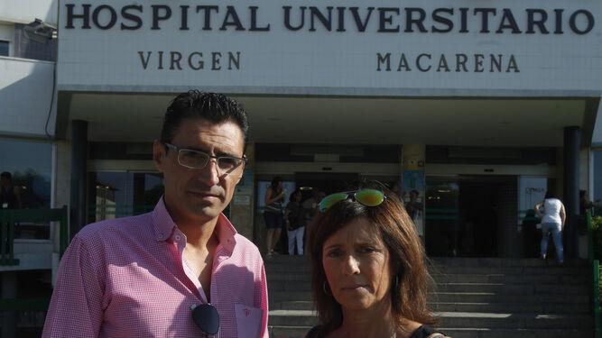 Fernando Manuel Hidalgo y Margarita Delgado, ayer en el Hospital Macarena.