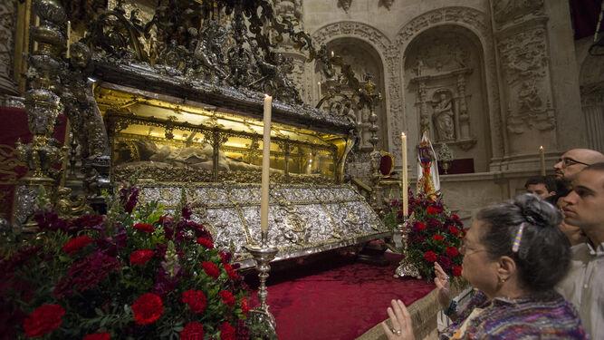 Los fieles contemplan el cuerpo de San Fernando en su urna un 30 de mayo.