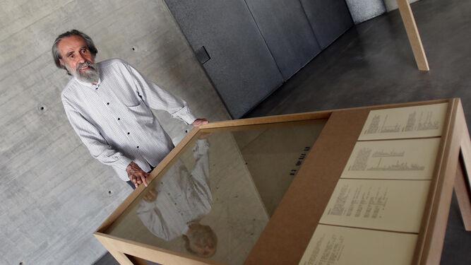 El artista, junto a algunos de los documentos que componen sus '12 ejercidio de meditación...'.