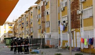 La Policía Nacional, en el bloque donde murió la niña Encarnación Silva Salguero.