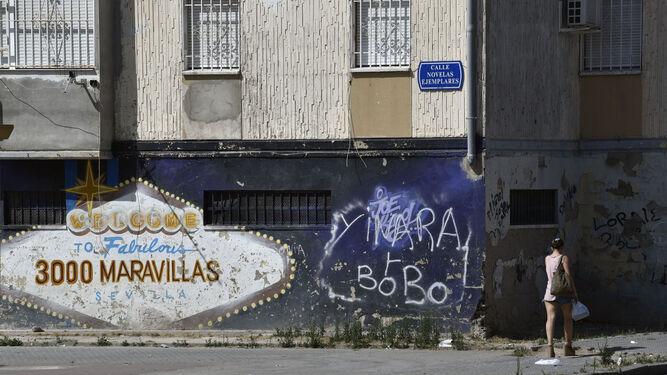 Una mujer pasa ante uno de los graffitis de 'Las Vegas', en una imagen reciente.
