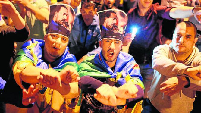 Manifestantes en Alhucemas con fotografías del líder de la revuelta.
