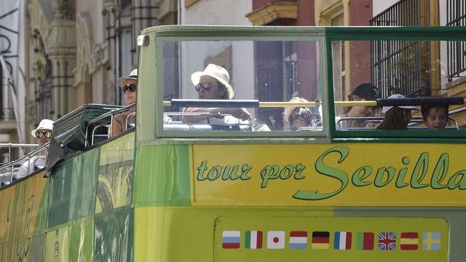 Uno de los autobuses turísticos que recorren la ciudad.