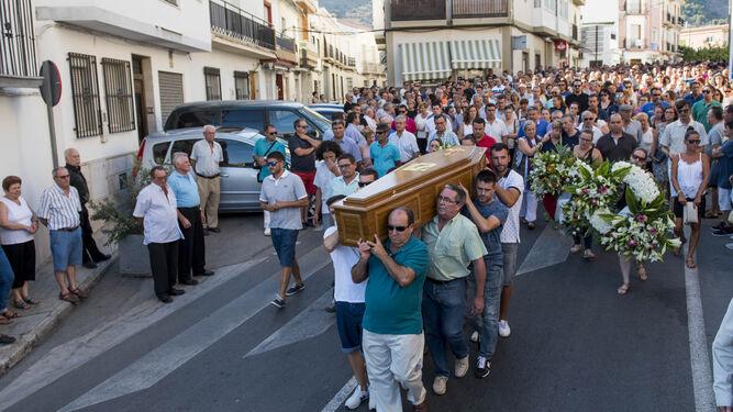Los familiares de Francisco Pedrosa portan su féretro en Vélez de Benaudalla (Granada).