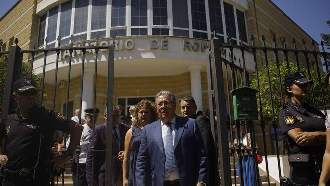 El ministro de Interior, Juan Ignacio Zoido, sale del Tanatorio de Ronda.