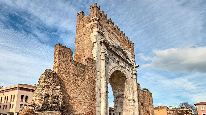 Arco de Augusto, construido en el 27 a.C.