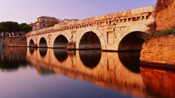 Ponte Tiberio, uno de los más antiguos de Italia, construido por los romanos.