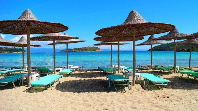 Tiene gran extensión de playa para relajarse.