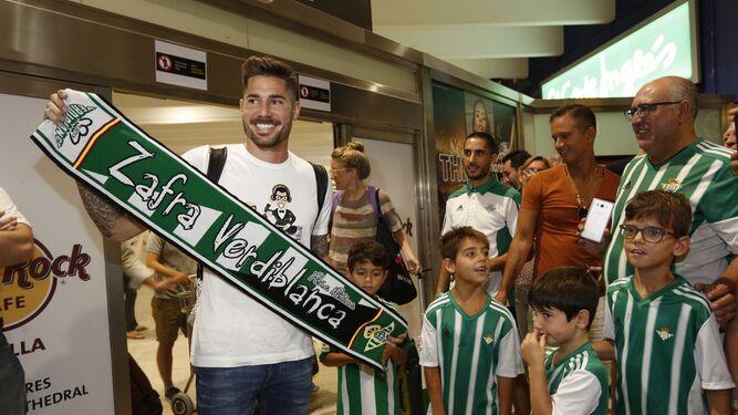 Javi García es recibido por aficionados béticos en el aeropuerto