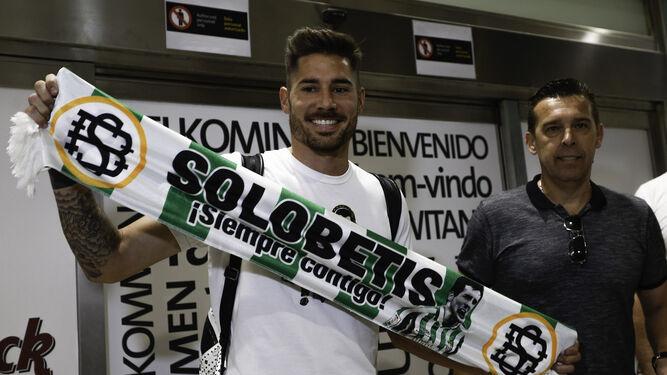 Javi García, junto a Juan José Cañas, posa con una bufanda del Betis.
