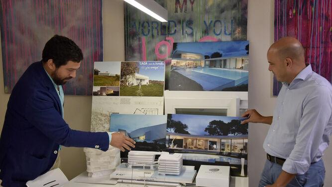Los socios junto a imágenes de la casa en Castilblanco premiada en 2015.