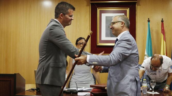 El socialista Antonio Jesús Muñoz recibe el bastón de mando de manos del anterior alcalde.