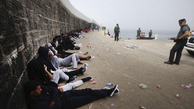 Varios de los inmigrantes rescatados, tras su traslado al puerto de Tarifa.