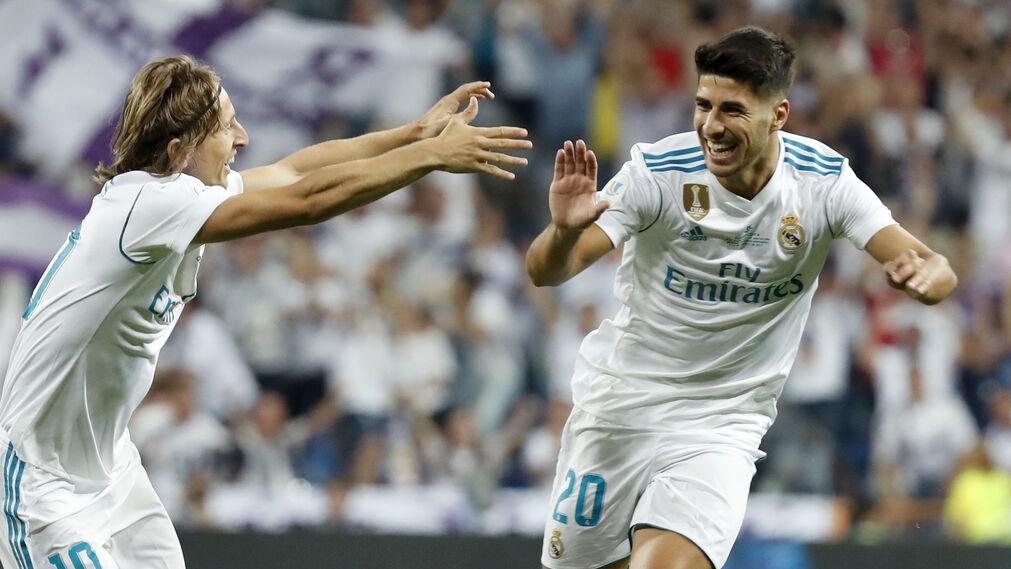 Asensio celebra con Modric el 1-0.