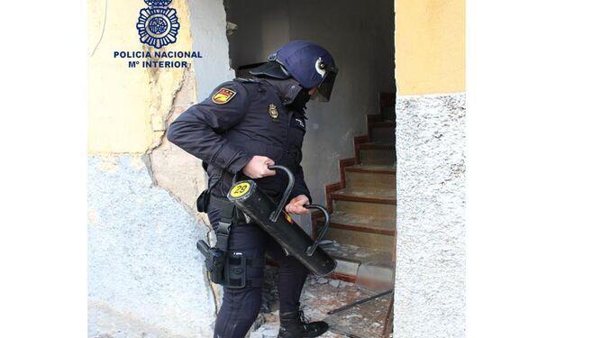 Un policía con un ariete.