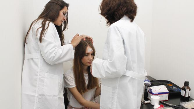 Dos profesionales preparan a una voluntaria para el experimento.