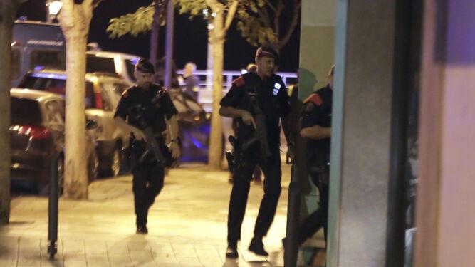 Agentes durante el operativo en Cambrils