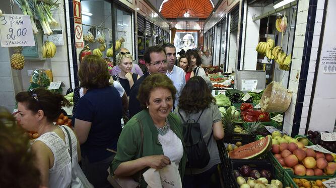 Carmen Castreño y el edil Cabrera en una reciente visita al mercado de Feria.