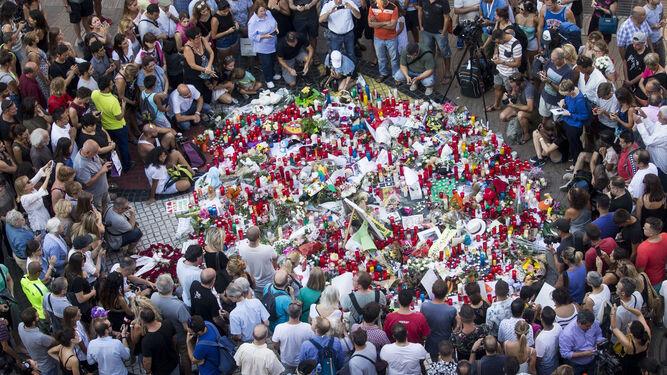 Cientos de ciudadanos homenajearon ayer en las Ramblas a las víctimas del atentado.