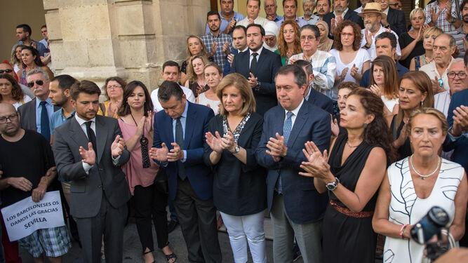 Varios centenares de personas guardan silencio por las víctimas en Sevilla