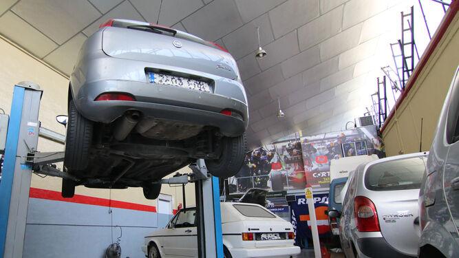 Varios coches, en el proceso de revisión.