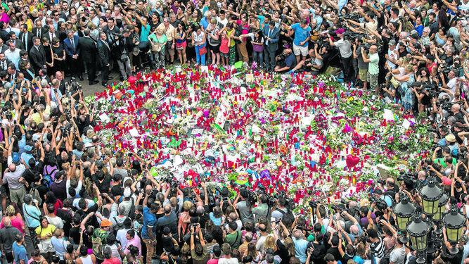Una gran cantidad de público rodeó a los Reyes durante su ofrenda a las víctimas.
