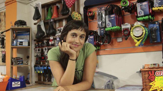 Isabel Porras, en su tienda-taller de Santa Cleta, cercana al Pumarejo.