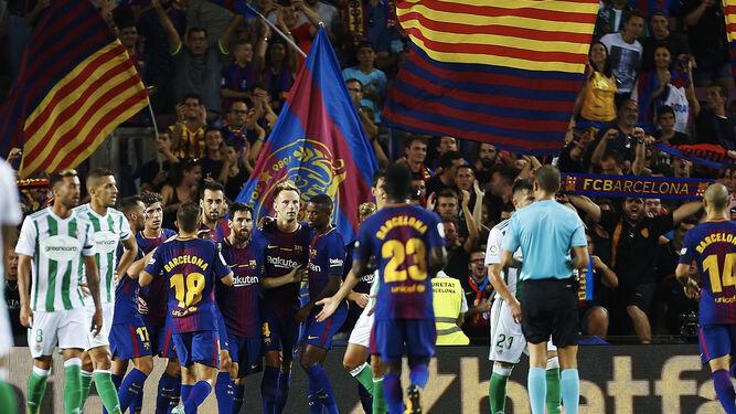 Las camisetas del anfitrión con la palabra 'Barcelona'.