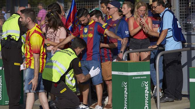Los jugadores del Betis y el Barcelona guardan el minuto de silencio en memoria de las víctimas de los atentados del jueves.