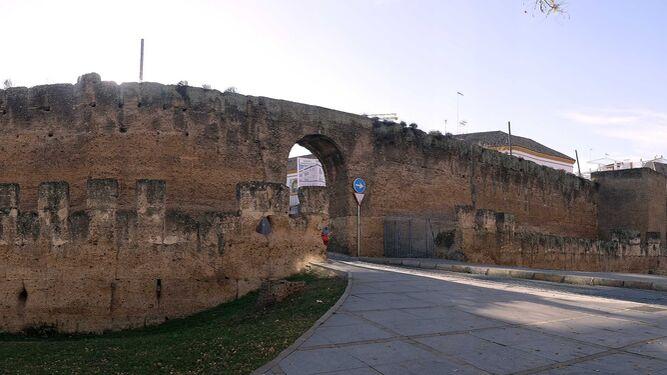 Vista panorámica de la muralla de la Macarena con uno de los arcos que se abrió en los años 70 para el tráfico.