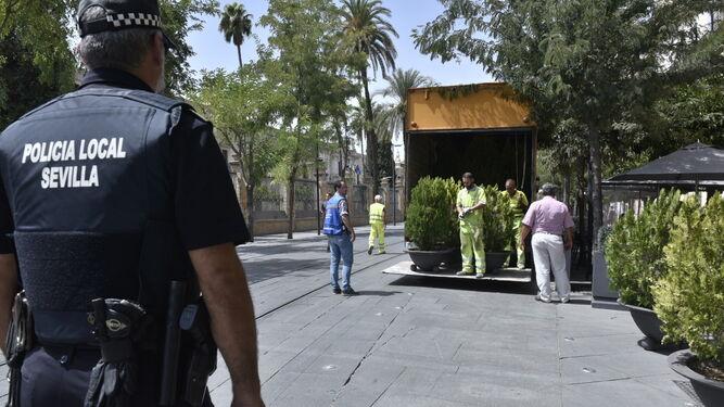 Policías supervisan la instalación de maceteros en la calle San Fernando.