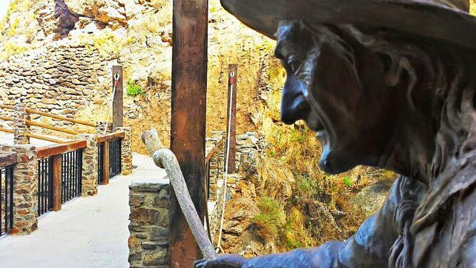 1. Una bruja señala el paso por el Puente Encantado que da acceso a la Cueva del Ojo de la Bruja. 2. Bruja Baba Yagá. Escultura de más de 7.000 kilos que proviene de la tradición eslava. 3. Fuente de las Brujas.