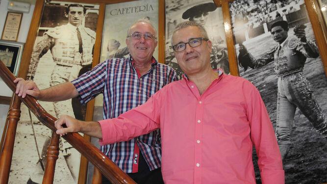 Francisco Gómez Recolta y Juan Manuel Ávila, dos de los coordinadores del libro de los Escolapios, ayer en la cafetería Donald.