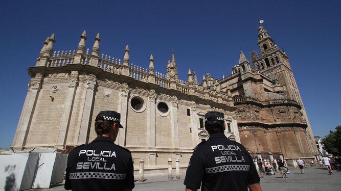 a42ad89384 policias-patrullan-inmediaciones-Catedral -Sevilla_1172593056_72624423_667x375.jpg