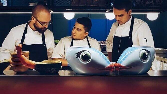 El chef Pedro Gallego de 'Las chicas...' con sus ayudantes.
