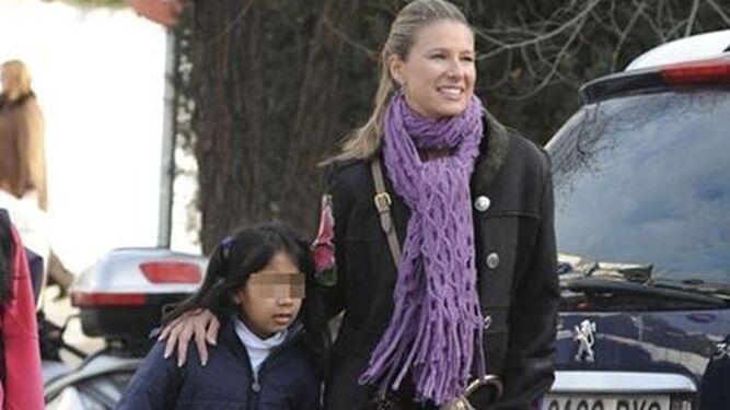 Anne Igartiburu con una de sus dos hijas adoptadas.