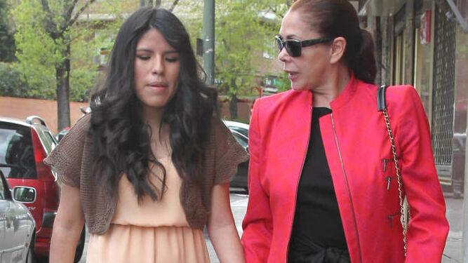 Isabel Pantoja con su hija.