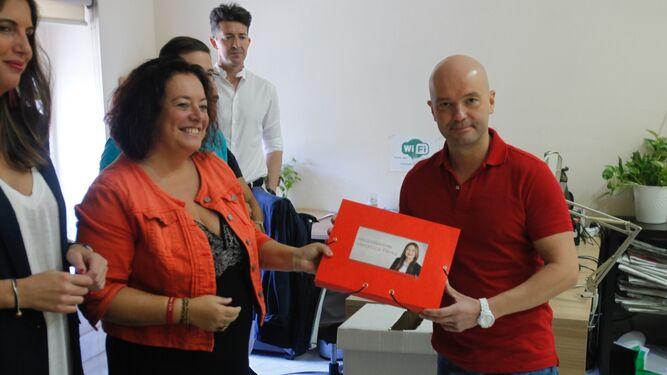 Entrega de los avales de Verónica Pérez en el PSOE