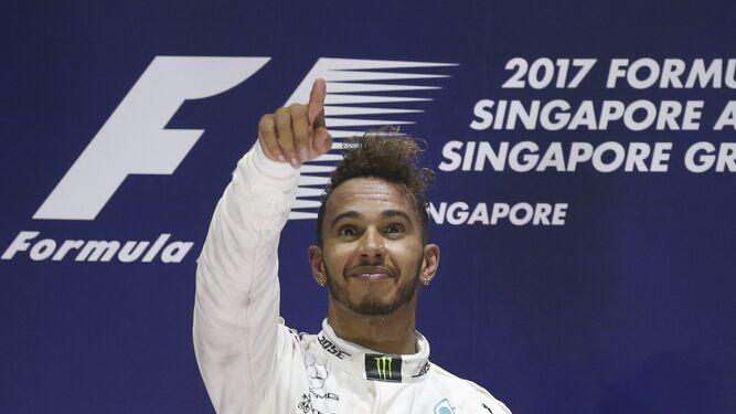 Hamilton, en el podio de Singapur.