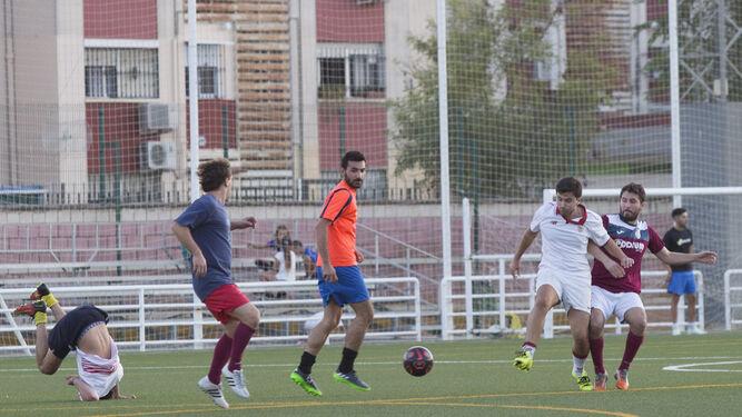 Un entrenamiento en el campo de fútbol del Sevilla 3000.