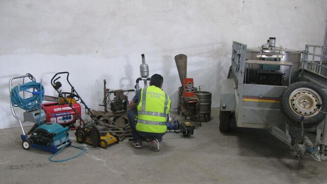 Un agente manipula máquinas recuperadas.