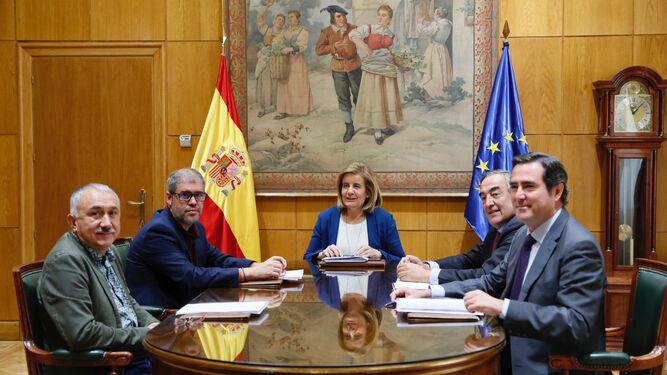 La ministra de Empleo, Fátima Báñez, en la reunión con Unai Sordo (CCOO), Pepe Álvarez (UGT), Juan Rosell (CEOE) y Antonio Garamendi (Cepyme), ayer.